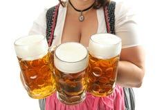 Camarera bávara con la cerveza de Oktoberfest Imagenes de archivo