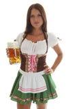 Camarera bávara que sostiene una taza de cerveza de Oktoberfest Imágenes de archivo libres de regalías