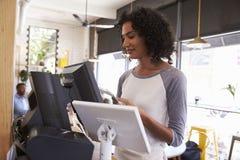 Camarera At Cash Register en cafetería Fotografía de archivo libre de regalías