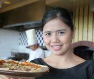Camarera con la pizza Imagen de archivo libre de regalías