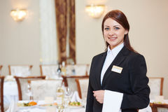 Camarera en el servicio del abastecimiento en restaurante Imágenes de archivo libres de regalías