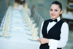 Camarera en el servicio del abastecimiento en restaurante Fotos de archivo