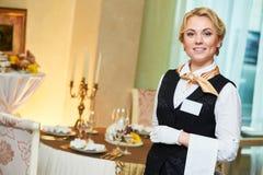 Camarera en el servicio del abastecimiento en restaurante Foto de archivo
