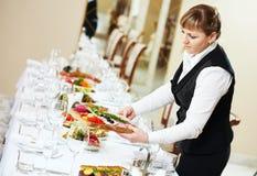 Camarera en el trabajo del abastecimiento en un restaurante Fotos de archivo
