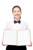 Camarera encantadora con la sonrisa en blanco del espacio en blanco del menú Fotos de archivo libres de regalías