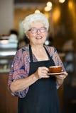 Camarera feliz With Coffee Cup en cafetería Fotografía de archivo libre de regalías