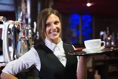 Camarera feliz que sostiene la bandeja con café Fotografía de archivo libre de regalías