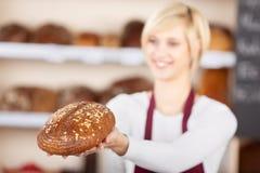 Camarera Giving Sweet Bread en café Imágenes de archivo libres de regalías