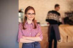 Camarera hermosa que se coloca en café Para cliente que espera imagen de archivo libre de regalías