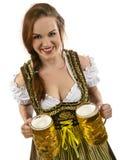 Camarera magnífica de Oktoberfest con la cerveza Foto de archivo