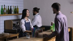 Camarera preciosa que toma orden del cliente en el café almacen de metraje de vídeo