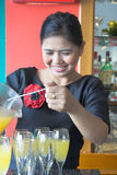 Camarera que hace la bebida imagenes de archivo