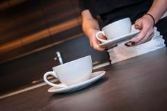 Camarera que prepara el café Imagen de archivo libre de regalías