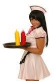 Camarera que sostiene la bandeja con las botellas de la salsa de tomate y de la mostaza imagen de archivo