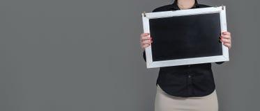 Camarera que sostiene la pizarra Fotografía de archivo