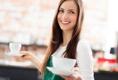 Café de la porción de la camarera Imagenes de archivo