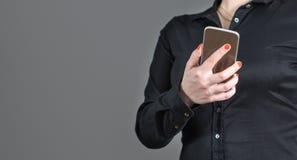 Camarera que sostiene smartphone Fotos de archivo libres de regalías