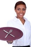 Camarera que sostiene una placa foto de archivo
