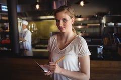 Camarera que toma orden en el restaurante Fotografía de archivo libre de regalías