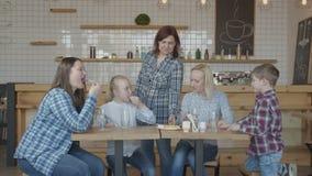 Camarera que trae la cuenta a las hembras que se encuentran en café metrajes