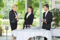 Camarera y camarero en el servicio del abastecimiento en restaurante Fotografía de archivo libre de regalías