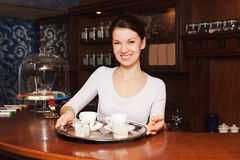 Camarera y una bandeja de café Fotografía de archivo