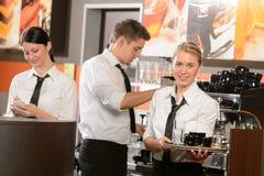 Camareras confiadas y camarero que trabajan en barra Imágenes de archivo libres de regalías