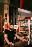 Camarero In Beer Pub Retrato del hombre en el contador de la barra Fotografía de archivo