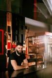 Camarero In Beer Pub Retrato del hombre en el contador de la barra Imagen de archivo libre de regalías