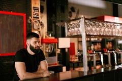 Camarero In Beer Pub Retrato del hombre en el contador de la barra Imágenes de archivo libres de regalías