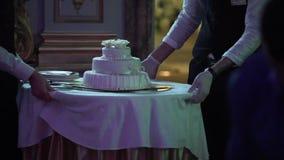 Camarero con la torta blanca de la celebración almacen de metraje de vídeo