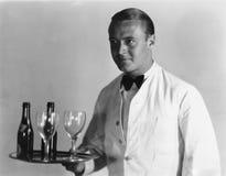Camarero con las bebidas en la bandeja Foto de archivo libre de regalías