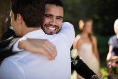 Camarero de abarcamiento del novio en parque Foto de archivo libre de regalías