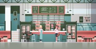 Camarero de la materia de la barra, camarero And Administrator Standing en el contador sobre las botellas de alcohol y vidrios en libre illustration
