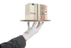 camarero de la representación 3d que ofrece 50 billetes de banco euro Imagen de archivo