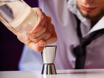 Camarero del hombre joven que prepara la bebida del alcohol imagenes de archivo