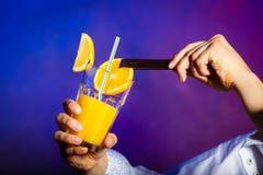 Camarero del hombre joven que prepara la bebida del cóctel del alcohol Fotos de archivo libres de regalías