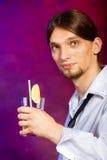 Camarero del hombre joven que prepara la bebida del cóctel del alcohol Imagen de archivo libre de regalías