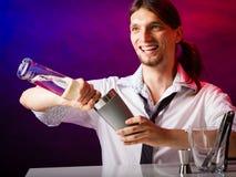 Camarero del hombre joven que prepara la bebida del cóctel del alcohol Fotografía de archivo libre de regalías