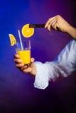 Camarero del hombre joven que prepara la bebida del cóctel del alcohol Imagen de archivo