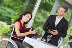 Camarero en el cliente que espera del restaurante para a ordenar imagenes de archivo