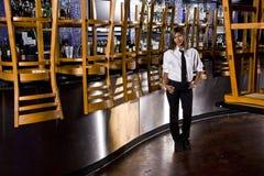 Camarero hispánico en la barra cerrada Fotos de archivo
