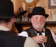 Camarero occidental feliz del salón Fotos de archivo libres de regalías