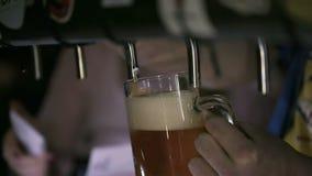 Camarero Pouring Draft Beer en el Pub almacen de video