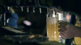 Camarero Pouring Draft Beer en el Pub almacen de metraje de vídeo