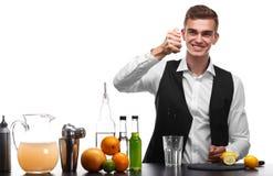 Camarero profesional que prepara una bebida con la cal o el limón, aislado en un fondo blanco Concepto del restaurante y del club Imagenes de archivo