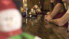 Camarero que adorna el cóctel en la tabla de la barra para el partido en pub Camarero que hace el cóctel alcohólico para el clien metrajes
