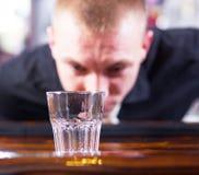 Camarero que hace bebidas del cóctel Fotos de archivo libres de regalías
