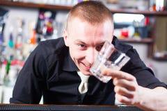 Camarero que hace bebidas del cóctel Imagen de archivo