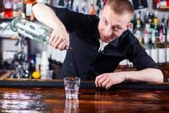 Camarero que hace bebidas del cóctel Fotografía de archivo